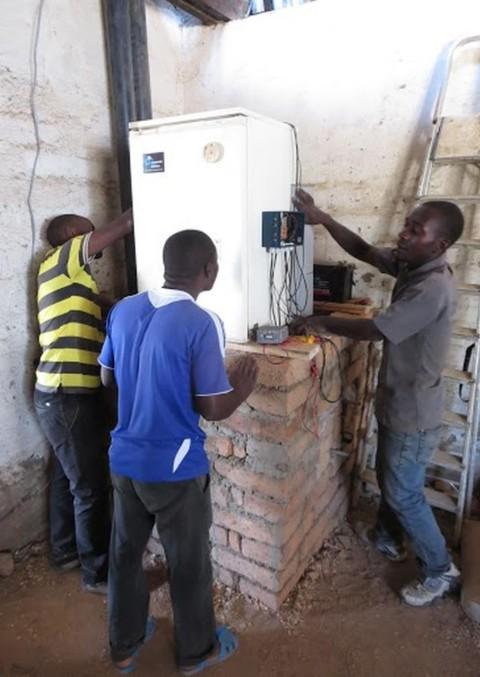 Das Brutschrankprojekt der Schüler der Heinrich-Sinz-Schule Hochwang ist in Tansania angekommen. Foto: Michael Herold