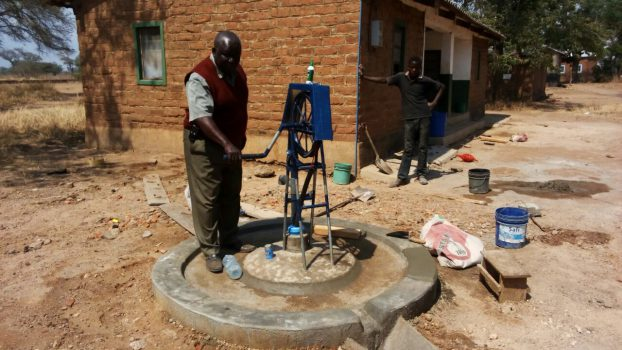 Dr. Galla testet die aufgestellte Pumpe